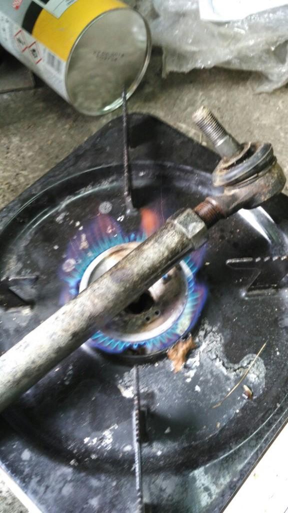 Чтобы открутить закисший наконечник, надо нагреть тягу в одном месте, а сам наконечник можно опустить в стакан с водой, чтобы он не нагревался.