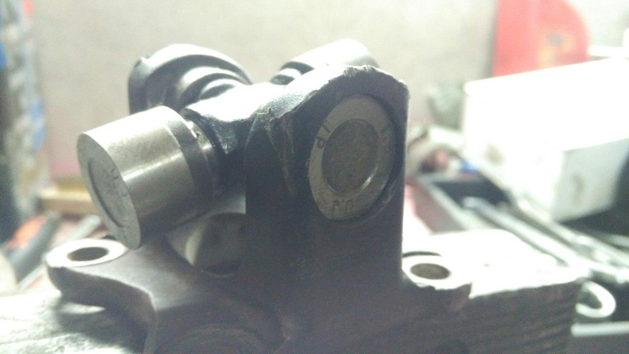 сперва надеваем крестовину на малую часть кардана