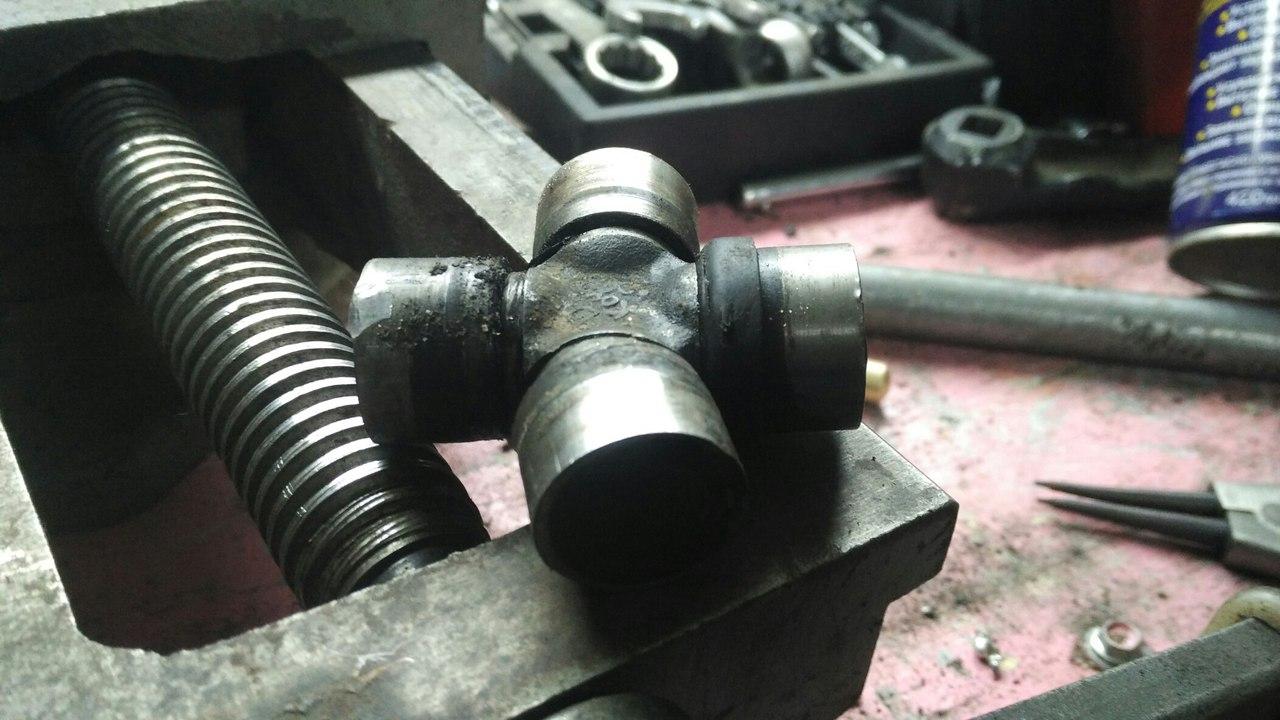 снятая крестовина кардана имеет сильный перекос
