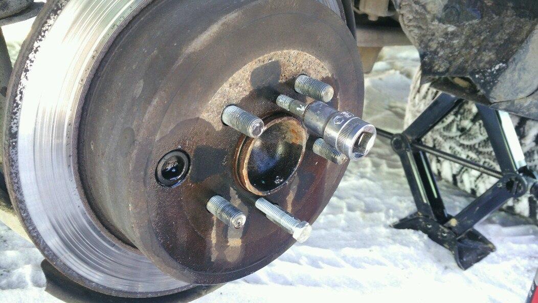 вкручиваем болты м8, чтобы снять тормозной диск со ступицы