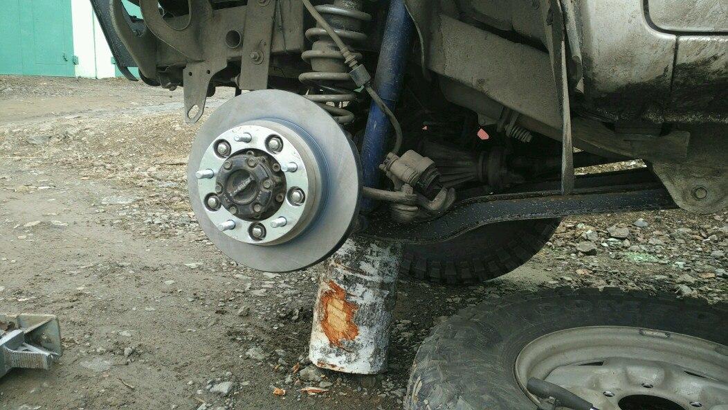 Замена передних тормозных колодок и дисков suzuki jimny